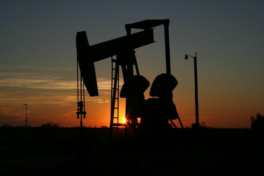 Precios de petróleo se disparan tras muerte de líder irani