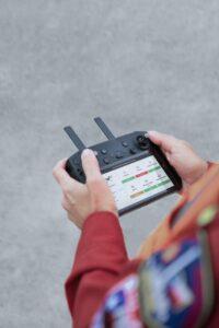 En un control se almacena el alcance de los drones perfeccionados por Seguritech.
